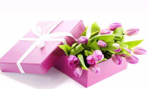 Ритуал дарения подарков коллегам в день восьмого марта