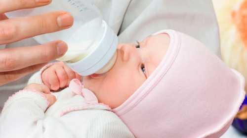 Почему ребёнок срыгивает молоко, что является
