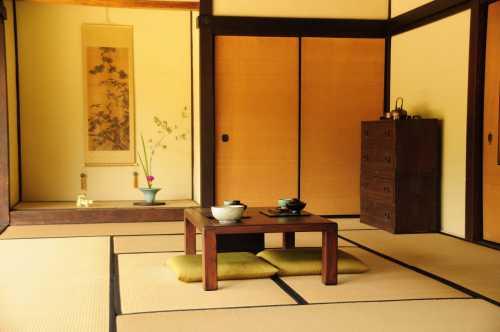 Все должно быть изготовлено из природных материалов бамбук, дерево, солома, глина, натуральные ткании многое другое