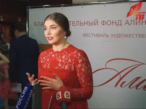 Кабаева пришла на детский фестиваль в платье с государственным гербом