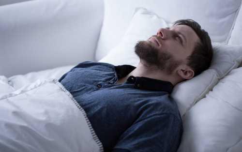 Свет в спальне нарушает сон и способствует набору