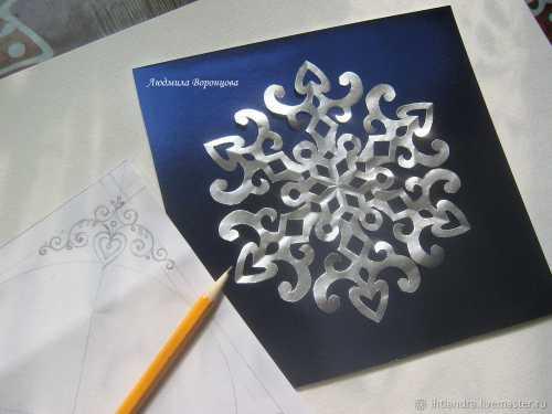 Затем также, как и снежинку, покрасила на улице серебряной краской из баллончика